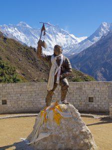 Sherpa Tenzing Norgay stoltserar med Everest i bakgrunden. Foto: Conny Andersson
