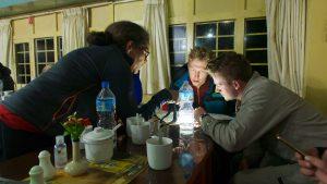 Fatma, Lasse och Jonas studerar kartan. Foto: Conny Andersson