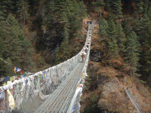 Regler för hängbroar i Himalaya: Först går djuren, sedan bärare och sist turister!