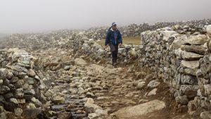Magnus promenerar i bergen. Foto: Conny Andersson