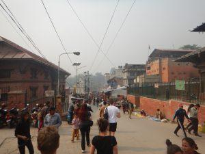 Myller av människor utanför tempelområdet.