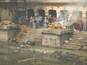 Begravningscermoni vid floden