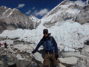 En trött man på Everest Base Camp!