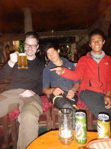 En Björn och två glada bärare på Liquid Bar i Phakding.