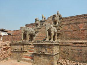 Jordbävningsskadat tempel i Bhaktapur.