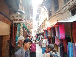 Shoppinggata i Bhaktapur med vår guide i förgrunden.