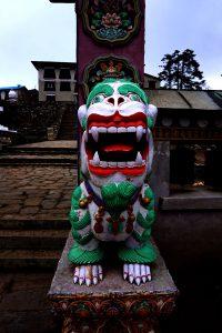 Ett lejon utanför templet i Tyngboche. Foto: Jonas Holmgren