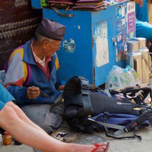 En skomakare lagar väska. Foto: Conny Andersson
