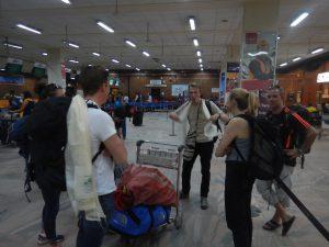Lasse håller show på flygplatsen.