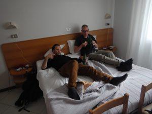 När man har semester så får man faktiskt dricka öl och äta chips i sängen.