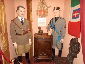 Hitler och Mussolini på det s.k. tortyrmuseet. Enda tortyren var att se skiten.