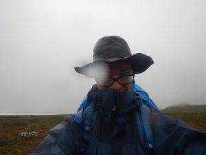 En vandrande man i ösregn