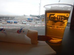 Obligatoriskt med flygplatsöl och pølse innan avfärd
